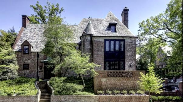 La mansión fue construida en 1928 fue remodelada en 2011. El dueño es Joe Lockhart, ex secretario de prensa del expresidente Bill Clinton.