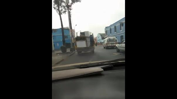 Como vemos, el hombre viajaba de lo más tranquilo sobre el vehiculo.