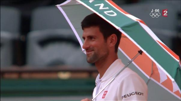 Novak Djokovic tomó de buena forma la lluvia en Roland Garros.