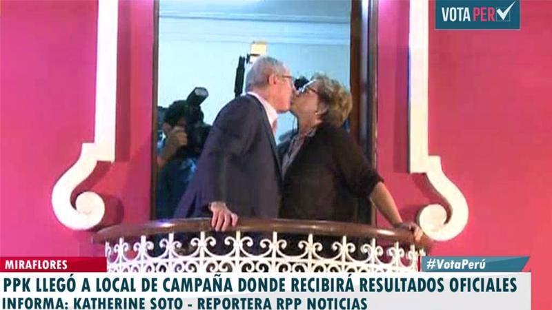 PPK llegó a su local de campaña en Miraflores y saludó a sus seguidores. En el balcón le dio un beso a su esposa.