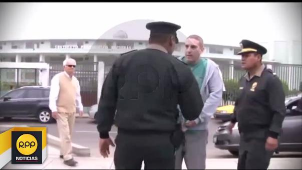 Policías lo siguieron desde un aula hasta la calle.