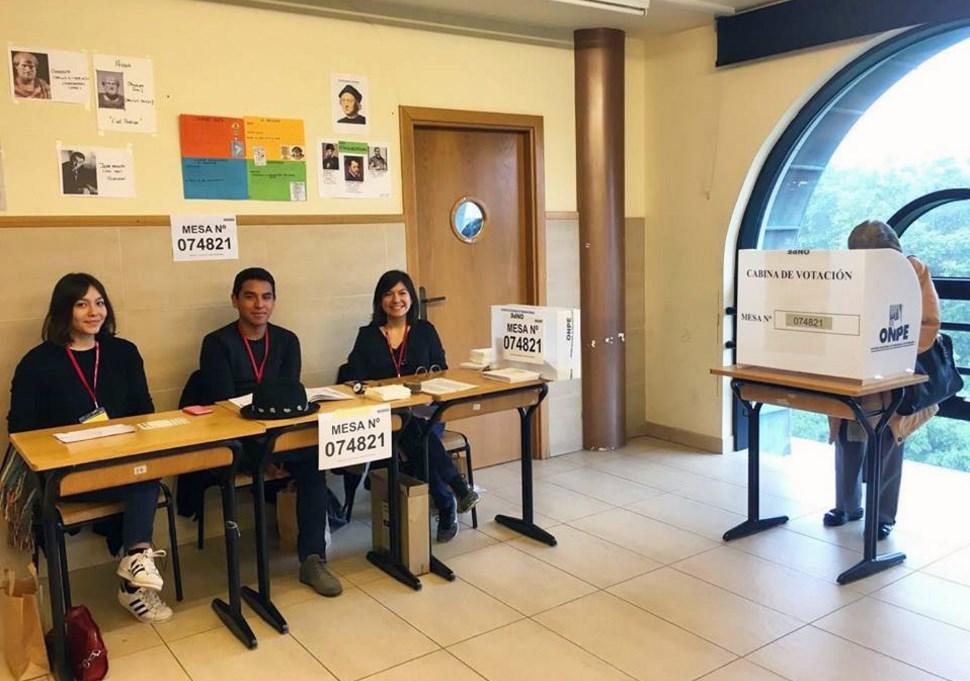 #VotaPerú Peruanos en Francia (foto), Dinamarca y África ya comenzaron a votar.