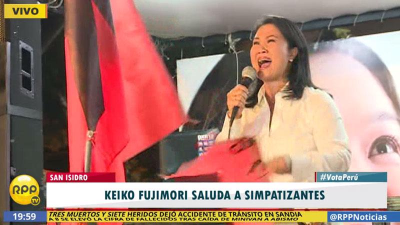 Keiko Fujimori se dirige a sus seguidores que llegaron hasta el hotel Melía de San Isidro.
