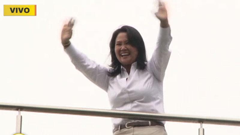 Keiko Fujimori salió a saludar a sus simpatizantes que se acercaron hasta el hotel Meliá de San Isidro.