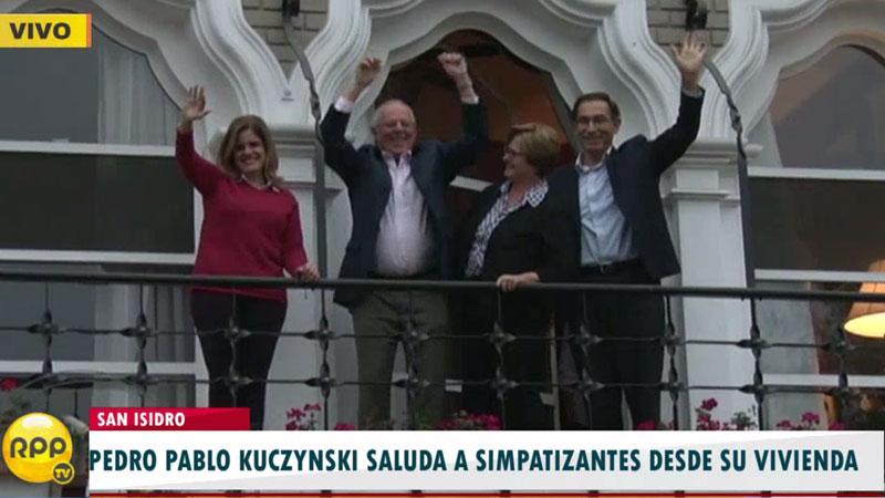 PPK salió al balcón de su casa a saludar a sus simpatizantes.