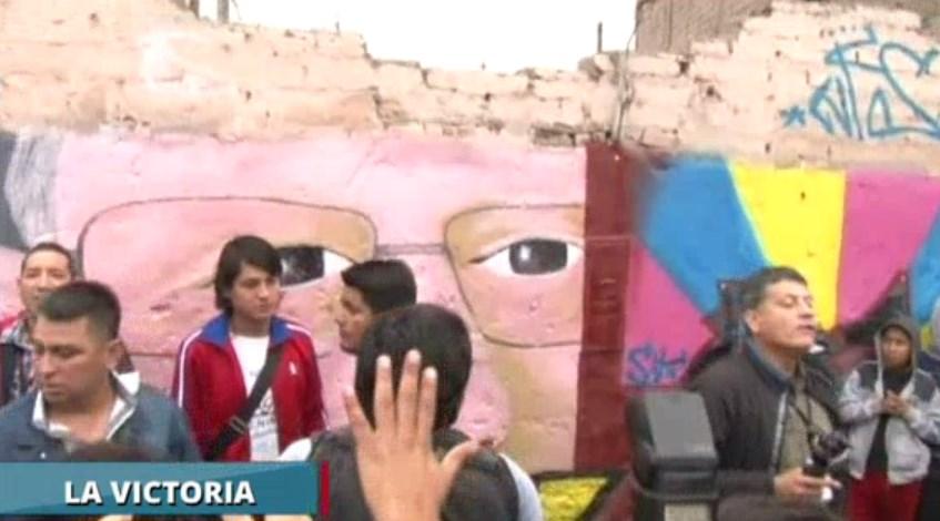 #VotaPerú Develan graffiti de PPK en calle donde desayuna en La Victoria.