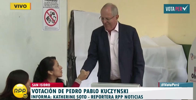 #VotaPerú PPK votó de forma electrónica en colegio de San Isidro.