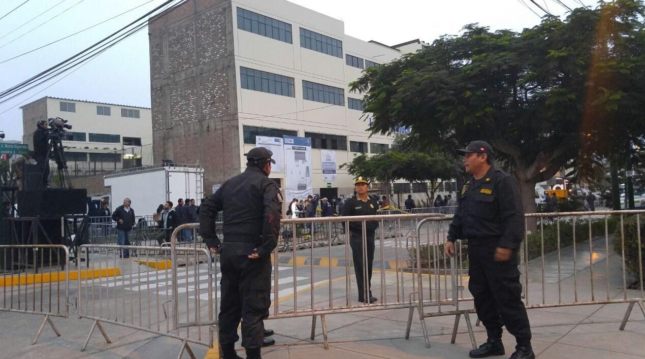 #VotaPerú Keiko Fujimori votará en el colegio Virgen de la Asunción en Surco que a esta hora luce así.