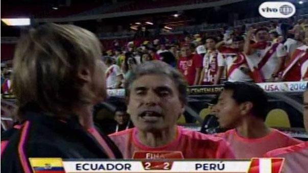 Ricardo Gareca discute con un grupo de hinchas al final del partido.