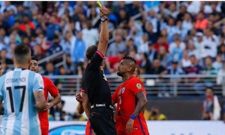 Arturo Vidal habría insultado a árbitro.