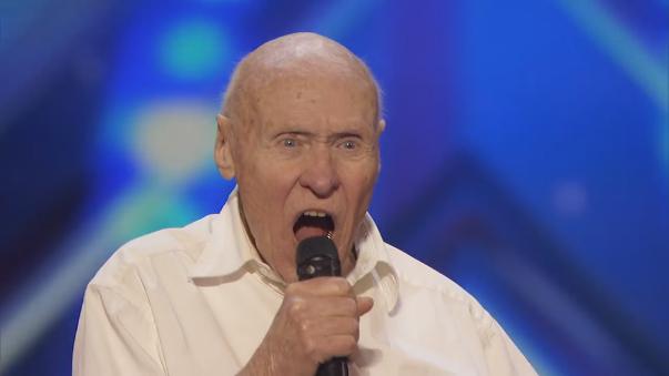 Anciano 'heavy' dejó sorprendidos a los jurados