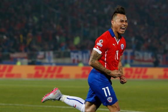 Eduardo Vargas anotó un doblete ante Panamá.
