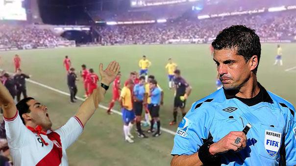 Hinchas peruanos presionaron al árbitro para que cobrara el gol de Perú.