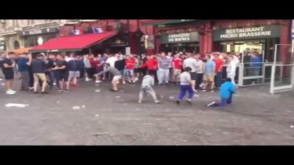 Los 'hooligans' ingleses siguen indignando al mundo.