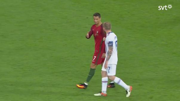 Cristiano Ronaldo no quiso cambiar de camiseta en el campo.