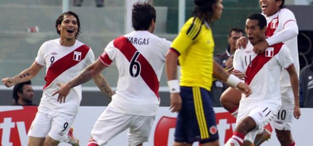 La Selección Peruana eliminó a Colombia de la Copa América 2011 con goles de Carlos Lobatón y Juan Manuel Vargas.