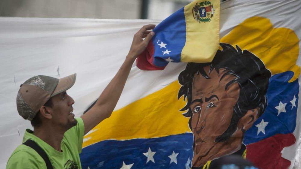La denuncia fue presentada en el marco de una movilización de los seguidores del chavismo.