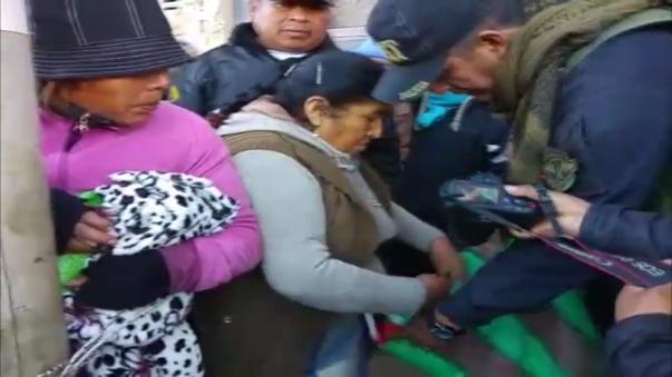 La mujer fue rescatada de la agresión gracias a la intervención de la policía.