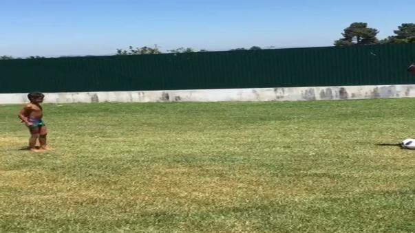Cristiano Ronaldo Jr. demuestra en este video sus dotes como goleador.