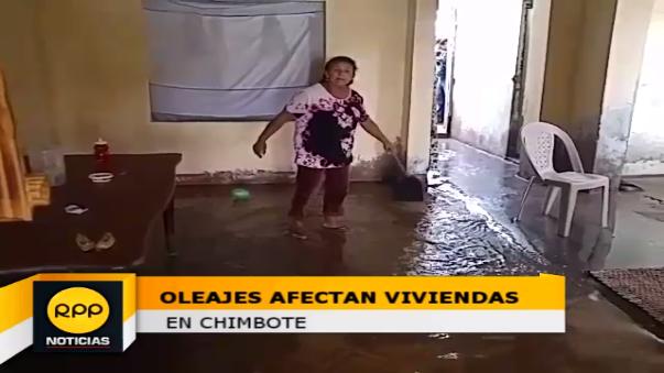 Los pobladores tuvieron que sacar en baldes el agua que ingresó a sus videos.