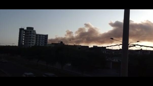Como se ve en el vídeo, la humareda se expande al punto de confundirse con las nubes.