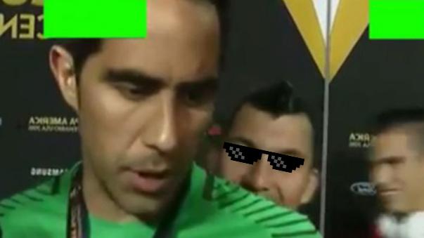 Claudio Bravo fue víctima de una broma de Medel en vivo.