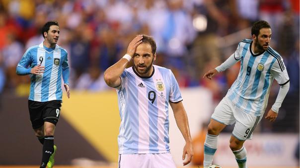 El delantero Gonzalo Higuaín falló entres finales seguidas con Argentina.
