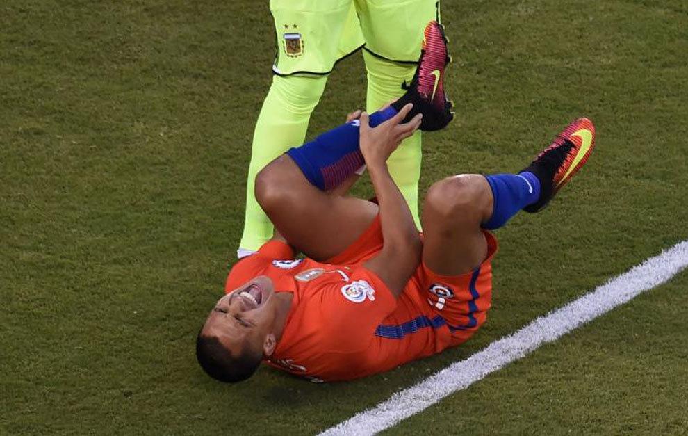 Gabriel Mercado lesionó el tobillo de Alexis Sánchez.