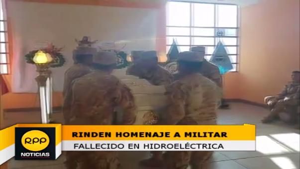 Restos del militar fallecido fueron llevados a complejo militar donde fue despedido por compañeros y familiares.