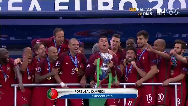 Cristiano Ronaldo lesionado terminó levantando el trofeo de la Eurocopa.