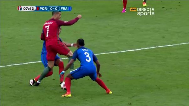 Fuerte ingreso de Payet para sacar del partido a Cristiano Ronaldo.