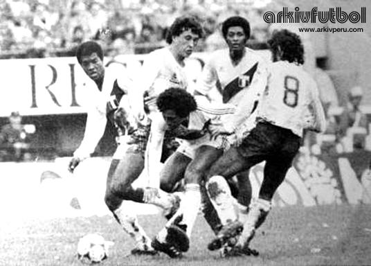 César Cueto y su brillante jugada ante Argentina.