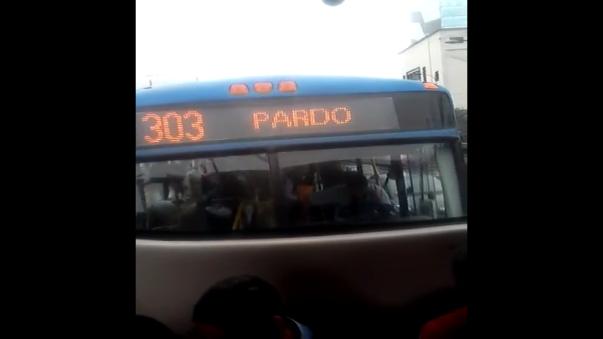 Como se ve en el vídeo, el chofer del bus de la línea 303 del Corredor Azul avanza mientras habla por celular.
