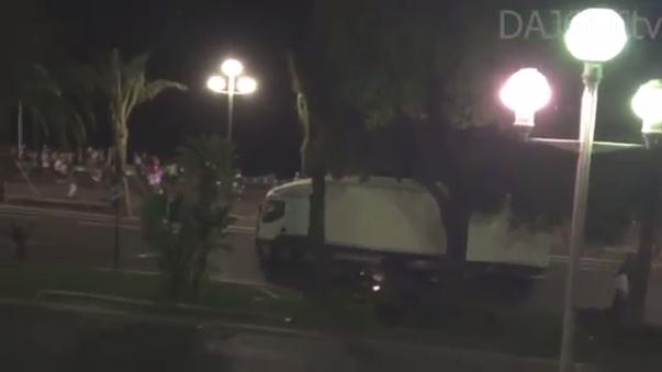 Video grabado en el momento en el que el camión comienza a embestir a la multitud en Niza, Francia.