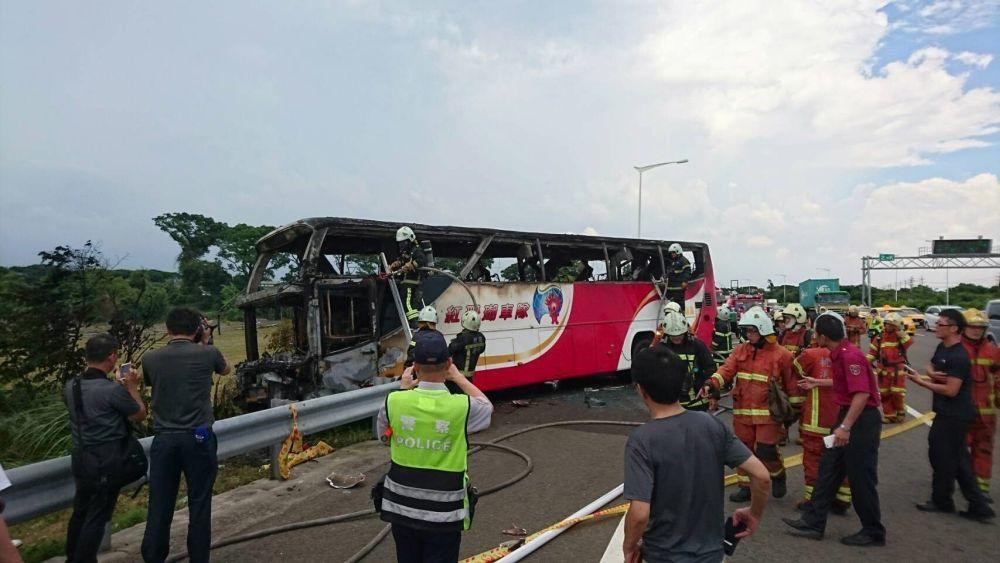 Aún no se ha establecido la causa del incendio, tan sólo se sabe que el autobús chocó contra una valla protectora y se incendió con rapidez, estallando después.