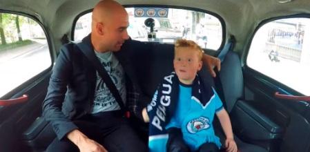 Pep Guardiola y el niño hincha de Manchester City.