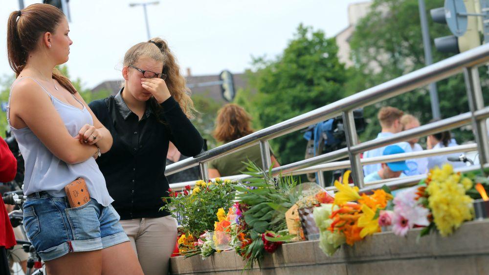 En las proximidades del centro comercial, algunos ciudadanos han comenzado a depositar flores y encender velas en memoria de los fallecidos.