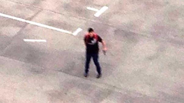 El video de la confrontación entre el asesino y la gente que lo observaba, en medio de disparos e insultos.