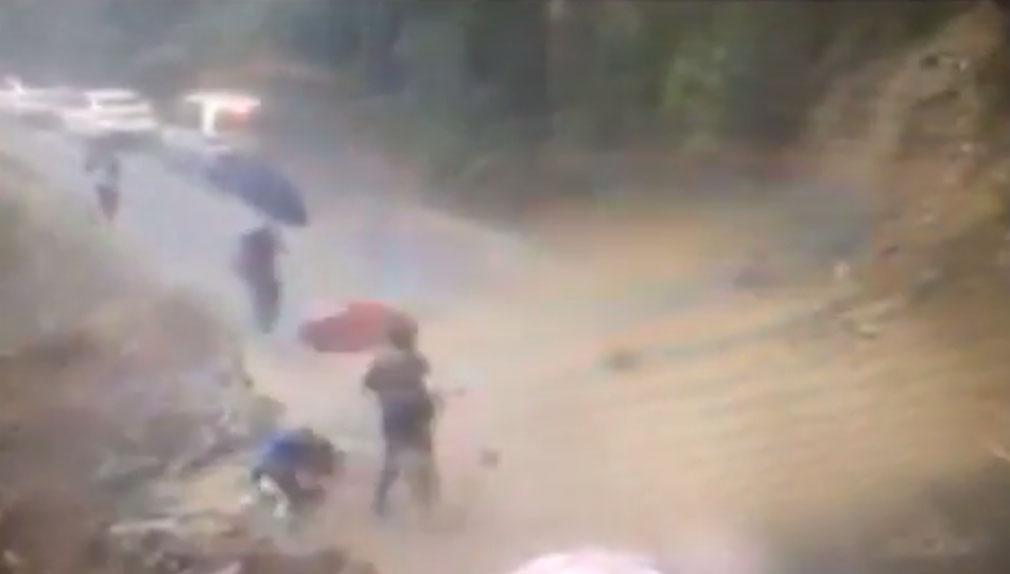 El desprendimiento de una roca ha herido a un turista que transitaba bajo la lluvia.