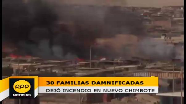El alcalde de Nuevo Chimbote, Valentín Fernández Bazán, llevó apoyo a los daminificados.