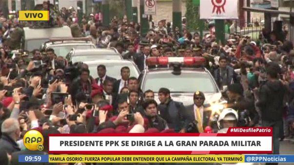 La llegada del presidente PPK a la Gran Parada MIlitar causó un gran alboroto entre la prensa y el público.