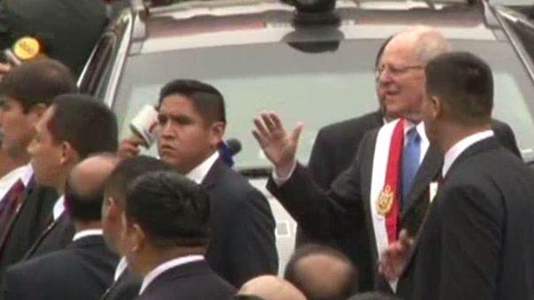 El flamante mandatario bajó de vehículo y habló brevemente con la prensa.