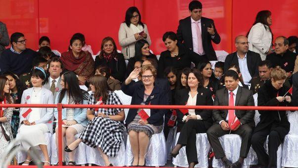 Desde el estrado donde está junto a sus hijas y familiares, la primera dama Nancy Lange saluda al público.