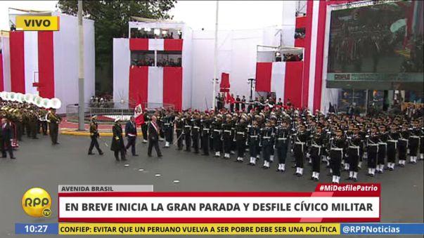 El Presidente pasa revista a las tropas a poco del inicio del desfile.
