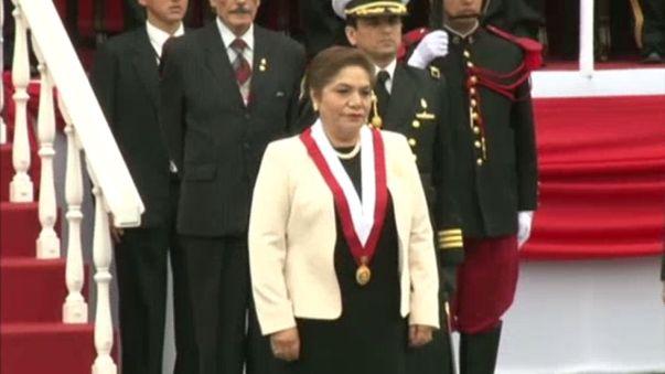 Luz Salgado, presidenta del Congreso, llegó al desfile y al estrado oficial.