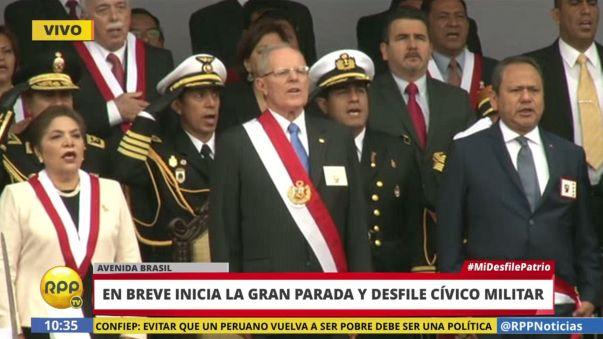 Se entona el Himno Nacional del Perú a poco del inicio del desfile.