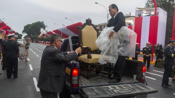 Así se transportan las sillas que serán parte del estrado oficial de la Gran Parada.