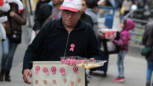 Las escarapelas, infaltables en esta época del año, también se venden en la Gran Parada.