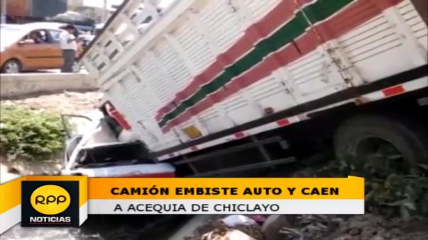 Camión choca con autoInstantes en que camión cae sobre auto.