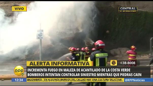 La caída de piedras, a causa del agua usada para apagar al fuego, complicó la labor de los bomberos.